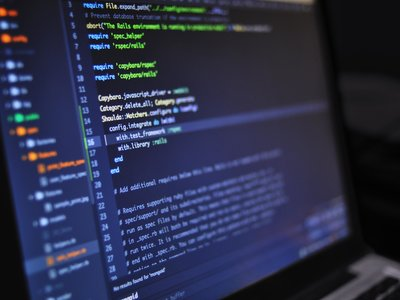 Reino Unido gastará 20 millones de libras para entrenar adolescentes y convertirlos en hackers