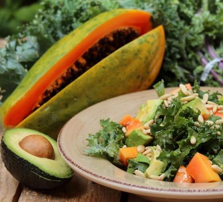 Ensalada De Kale Aguacate Papaya Y Vinagreta De Pinones 2