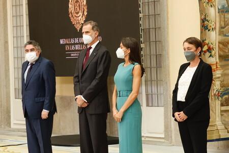 Doña Letizia apuesta por un favorecedor look working girl en la entrega de las Medallas de las Bellas Artes