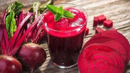 Jugo detox de manzana y betabel con agua de coco. Receta sencilla para empezar enero
