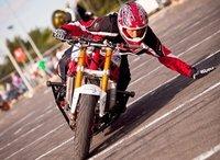 Rafal Pasierbek; el stuntman que baila sobre la moto.