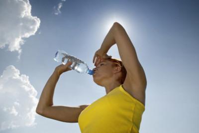 Beber dos litros de agua al día no te hace estar más sano, ¿o sí?
