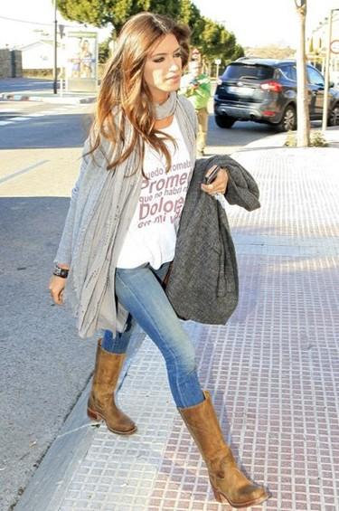 Sara Carboner e Iker Casillas con camisetas de Dolores Promesas
