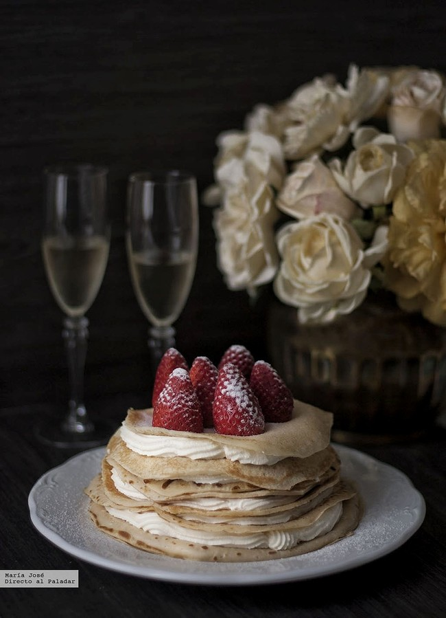 Tarta de crêpes con fresas y nata. Receta para una ocasión especial
