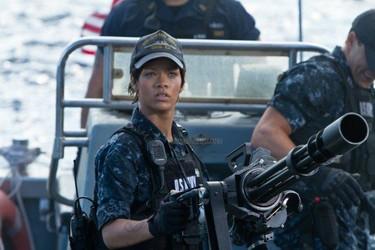 Rihanna, ametralladora en ristre, hunde la flota