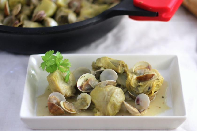 cocinar alcachofas con almejas