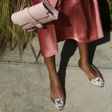 Distintas formas de combinar un vestido rosa con zapatos y bolso (y salir airosa)