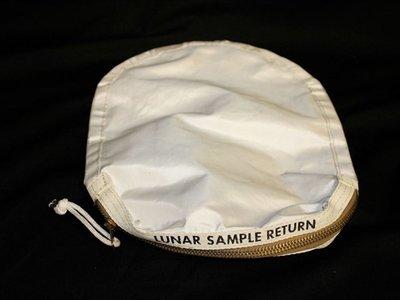 La bolsa que trajo el primer polvo lunar entra a subasta