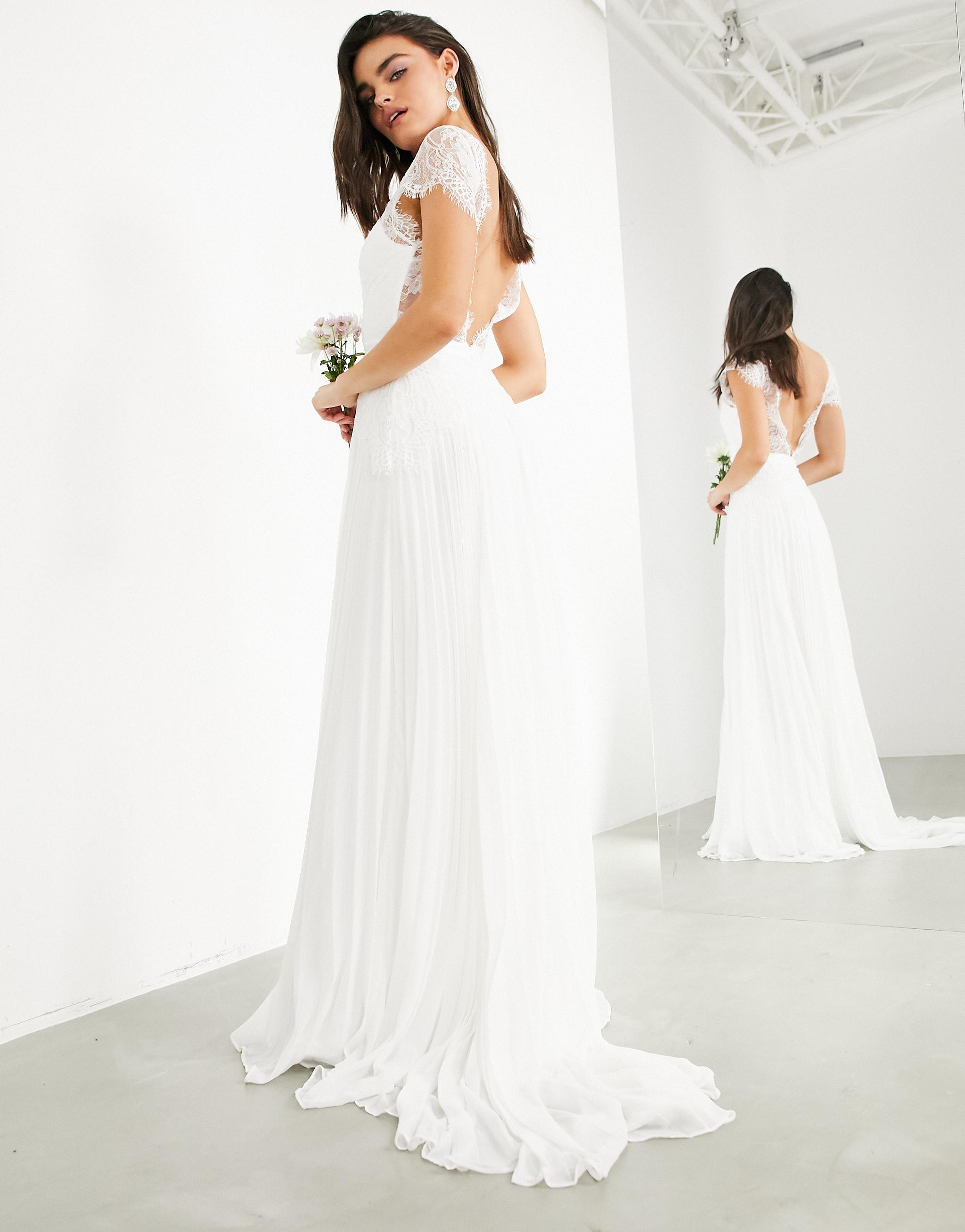 Vestido de novia de encaje con escote y falda plisada