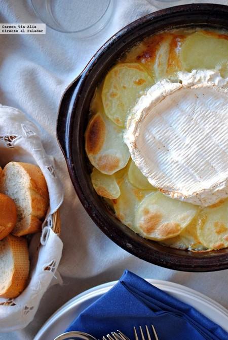 Gratén o gratinado de patatas con cebolla caramelizada y queso, la receta que los amantes del queso adorarán