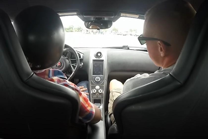 Esto es lo que pasa cuando conduces por primera vez un McLaren y tu instructor obvia todas las leyes de la lógica