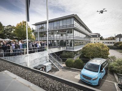 Los drones y las furgonetas ya podrían complementarse en las tareas de reparto, o al menos eso ha probado Daimler