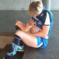 Una jugadora de balonmano da el pecho a su bebé en la cancha, una imagen preciosa y muy natural de conciliación