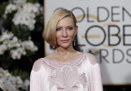Los flecos rosas le juegan una mala pasada a Cate Blanchett en los Globos de Oro 2016