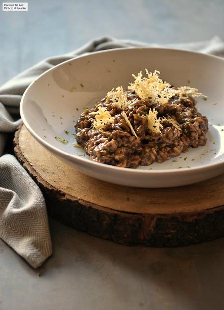 Risotto de ajo negro con peineta de Parmesano