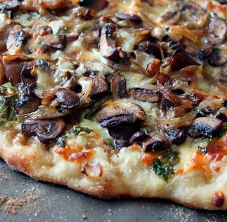Receta de pizza campesina con setas, cebolla caramelizada y cenizo
