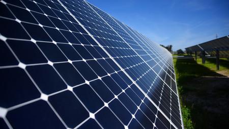 """Una nueva técnica permite a los paneles solares """"transpirar"""" para mejorar su eficiencia de conservación de energía"""