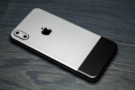 Nostalgia pura, este vinilo recupera el estilo metalizado del iPhone original en el iPhone X