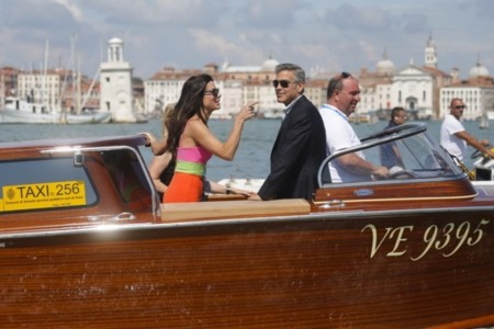 ¡Qué pareja! George Clooney le sube los colores a Sandra Bullock en Venecia