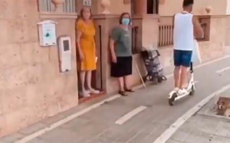 Un paso de cebra en la puerta de su casa, o la 'solución' del Ayuntamiento a un carril bici que impide a estas señoras salir sin que se las lleven por delante