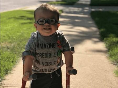 """""""Mira Maggie, estoy caminando"""", el vídeo viral de Roman, un niño con espina bífida dando sus primeros pasos"""