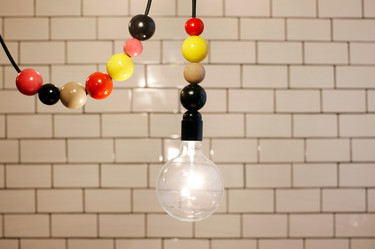 Una colorida lámpara-bombilla colgante