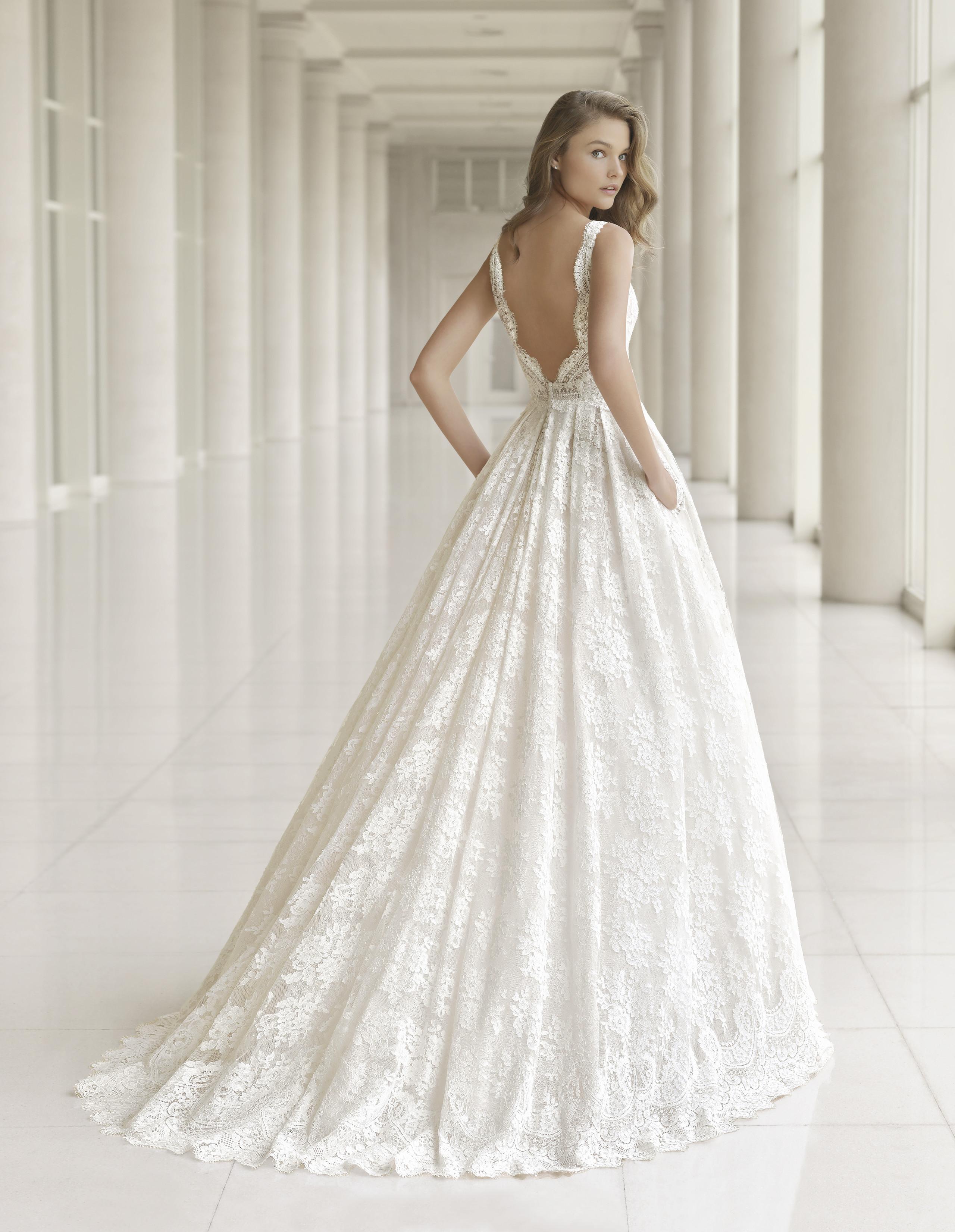 028de6387 Foto de Los vestidos de novia más sexys los firma Rosa Clará en su  colección 2018 ...