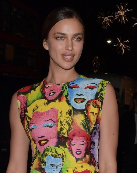 El look más molón y colorido de Irina Shayk sólo lo puede firmar Versace