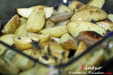 Gajos de patatas asadas con chalotes y orégano. Receta
