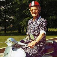 Nonna Luisa, una abuela enamorada de las Vespa que con 106 años lucha por la seguridad