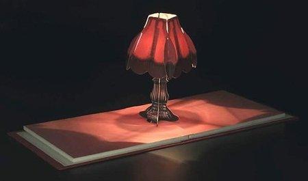 Una lámpara oculta en un libro