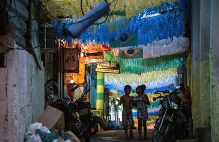Dos niños pasean bajo los colores de la selección brasileña en un barrio de favelas