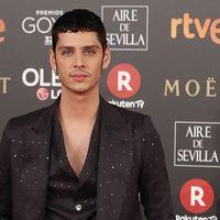Eduardo Casanova olvida la camisa para lucir un look de Palomo Spain en los Goya 2018