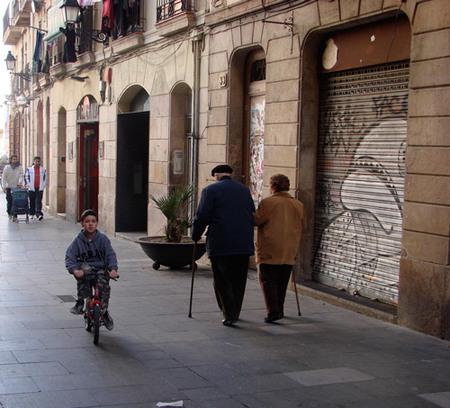 vivir en el centro - abuelos paseando