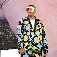Bad Bunny ha invadido Coachella de trap latino y tonos flúor con sus looks de Louis Vuitton