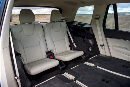Pueden viajar tres personas en coche durante el estado de alarma, pero sólo una por fila de asientos