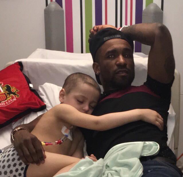 Un futbolista inglés pasa la noche junto a un niño enfermo al que fue a visitar al hospital