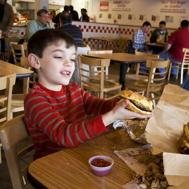 Cada vez más restaurantes prohíben el acceso a los niños. Y no está claro que sea legal