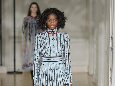 Valentino y sus vestidos traen la magia a París