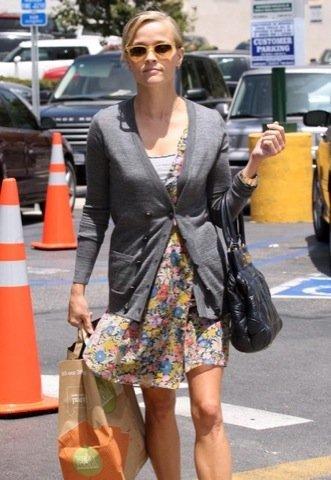 Reese Witherspoon vestido estampado flores