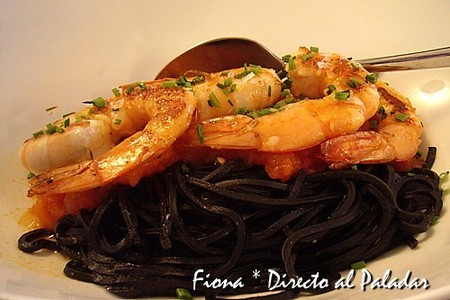 espagueti tintados de sepia con langostinos