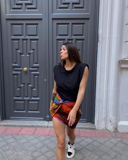 laura matamoros con falda de attico look