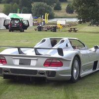 Esta sí que es forma de disfrutar de un Mercedes-Benz CLK GTR Roadster fuera de su habitat