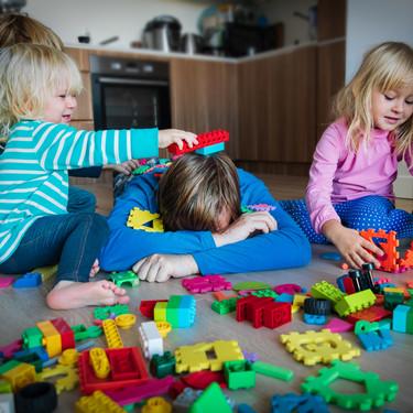 El divertido hilo viral de un padre de tres hijos sobre el confinamiento con niños y las tareas escolares en casa
