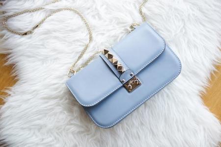 ¡Apunta el azul grisáceo en tu agenda! Será el color de bolsos de la temporada