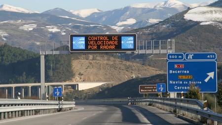 Límites de velocidad más bajos y más policías, la propuesta de Mapfre para reducir la siniestralidad