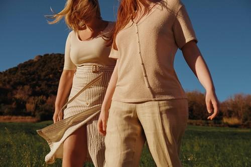 Violeta by Mango viste su colección de verano con prendas cálidas y relajadas