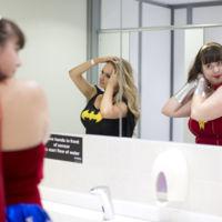 Usar un cuarto de baño público no es cosa de heroínas