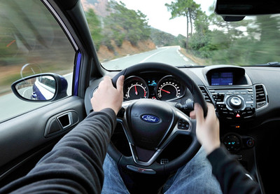 Los comandos de voz distraen más a los conductores