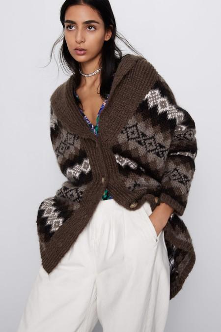 Las abuelas son unas visionarias y su prenda favorita triunfa en Zara: 9 cárdigans para vestir con estilo los días más fríos